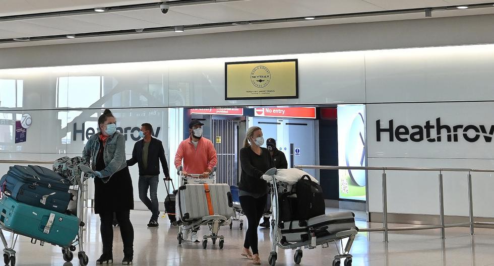 En esta foto de archivo tomada el 9 de mayo de 2020, los pasajeros que usan PPE (equipo de protección personal), incluida una máscara facial como medida de precaución contra el COVID-19, caminan por la sala de llegadas después de aterrizar en la Terminal Dos de Londres Heathrow. (AFP).