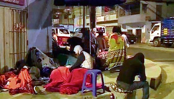 Padres forman cola en colegio por vacantes y duermen tres noches en las calles