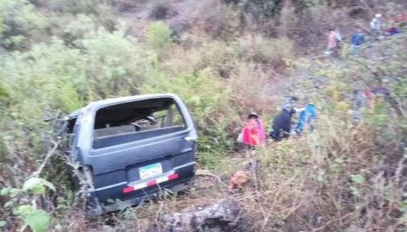 El vehículo volcó y cayó a un abismo. (Foto: Andina)
