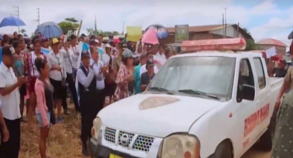 Vecinos hacen 'chancha' y reparan patrullero en Pucallpa | VIDEO - Diario Ojo