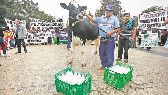 Ganaderos piden a PPK que promulgue ley contra leche en polvo