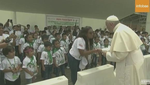 Niños por poco y hacen caer al papa Francisco en Puerto Maldonado (FOTOS)