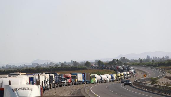 El Minsa pidió a manifestante permitir el pase de los camiones que transportan oxígeno medicinal. (Foto: Alessandro Currarino /@photo.gec)