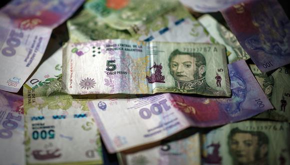 El peso, la moneda oficial de Argentina, ha ido perdiendo valor mientras el costo de alimentos sube. (Foto: AFP)