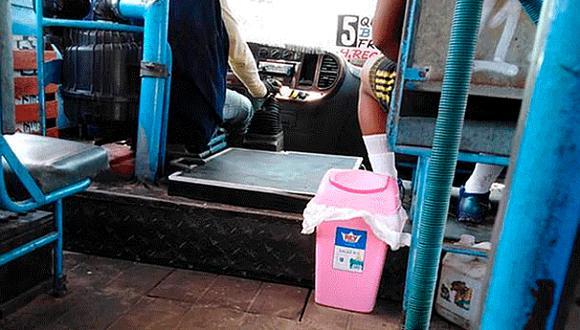 Colocan tacho de basura en autobús para que pasajeros no boten desperdicios por la ventana