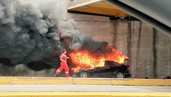 Un auto negro se incendió este sábado en la Vía Expresa de la avenida Paseo de la República. (Foto: @chelopuelles)
