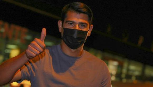 Enzo Gutiérrez arribó la noche de este lunes a la capital peruana. (Foto: Universitario)