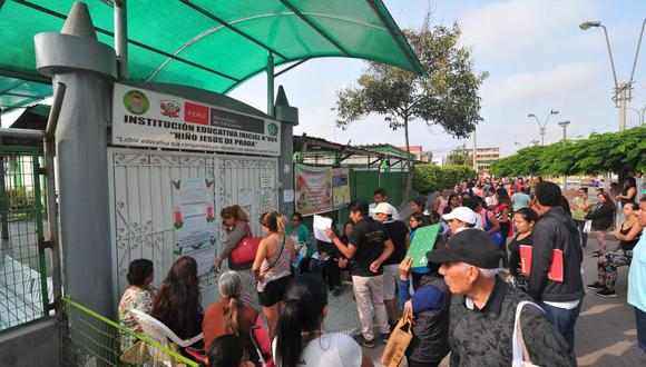 Padres de familia hacen colas fuera del colegio Niño Jesús de Prada en San Luis para separar matricula. Fotos Diana Marcelo GEC