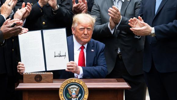 El presidente de Estados Unidos, Donald Trump, muestra una orden ejecutiva sobre la reforma policial en la Casa Blanca. (Foto: AFP)