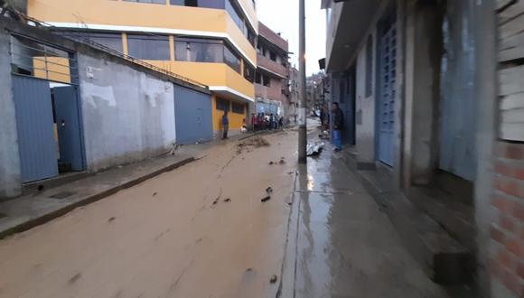 Los habitantes de los inmuebles afectados realizaron arduos trabajos de limpieza apoyados con equipos de construcción, a fin de evitar que la corriente de agua vuelva a ingresar a sus hogares (Foto: COER)