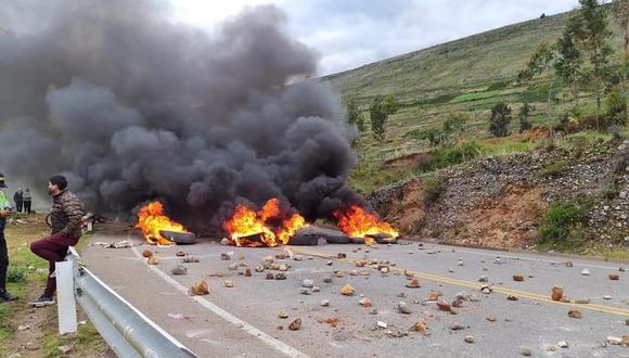 Numerosas piedras y llantas quemadas permanecen en la carretera (Foto: PNP)
