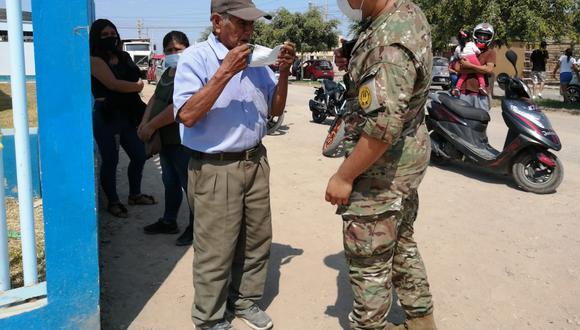 Elecciones 2021: adulto mayor acudió a votar sin mascarilla y un integrante del Ejército le obsequió una, en Ica (Foto: GEC)