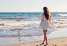 Modelo posaba para sesión de fotos en la playa pero la naturaleza acabó jugándole una mala pasada