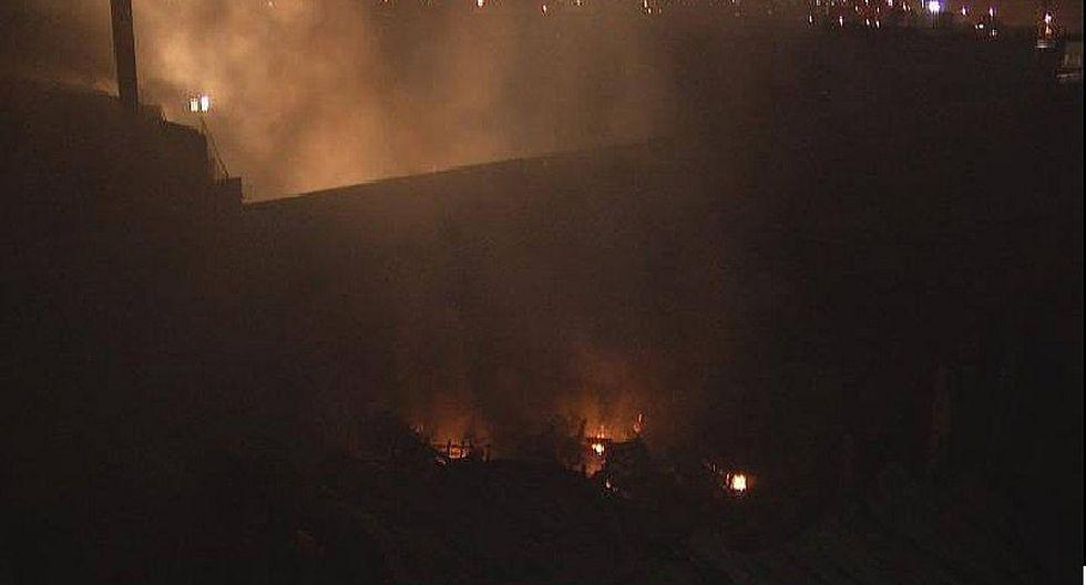 El Agustino: Incendio se reavivó en almacén del Minsa
