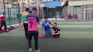 Conoce al joven que no tiene piernas y practica el fútbol