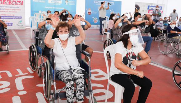 Presidenta de EsSalud supervisó proceso de vacunación a adultos mayores en el local del polideportivo de San Borja. (Foto: Seguro Social)
