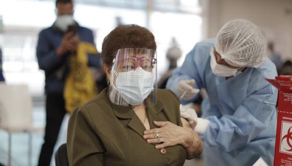 La primera etapa de la vacunación contra el COVID-19 es la población de 65 a 69 años que comenzó este viernes 21 de mayo en Lima y Callao. (Foto: Renzo Salazar/GEC)