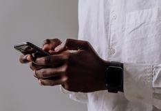 Cámara de seguridad capta el instante que el celular de un hombre 'estalla' en llamas