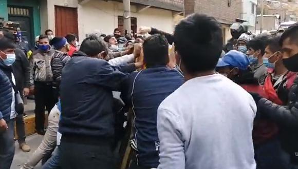 Pasajeros y manifestantes se enfrentan para retirar obstáculos y liberar Carretera Central