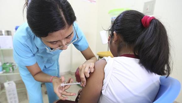 Para lograr una adecuada protección se debe colocar las dos dosis de la vacuna. (Foto referencial archivo Andina)