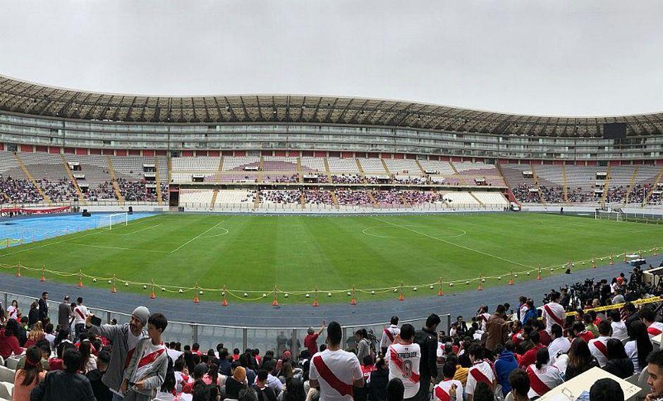 Hinchas van llegando al entrenamiento de la Selección en el Estadio Nacional (FOTOS)