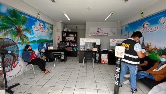 Banda vendía los certificados negativos de COVID-19 en esta agencia de viajes.