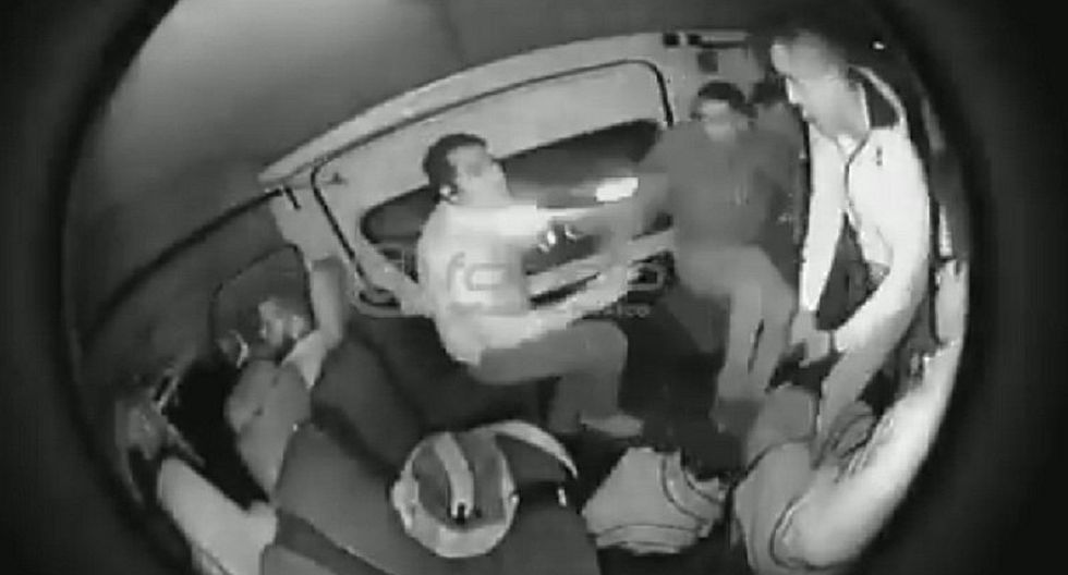Pasajeros regañan a joven que se resistió a ser robado dentro de combi (VIDEO)