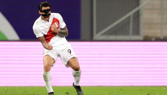 Gianluca Lapadula mostró como se protegió el rostro ante Brasil. (Foto: EFE)