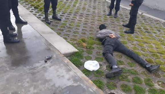 El hombre levaba en su rodilla un arma de fuego abastecido con tres casquillos de bala. (Foto: PNP)