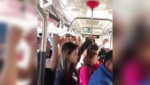 Joven utiliza desatorador para viajar cómoda en bus │VÍDEO