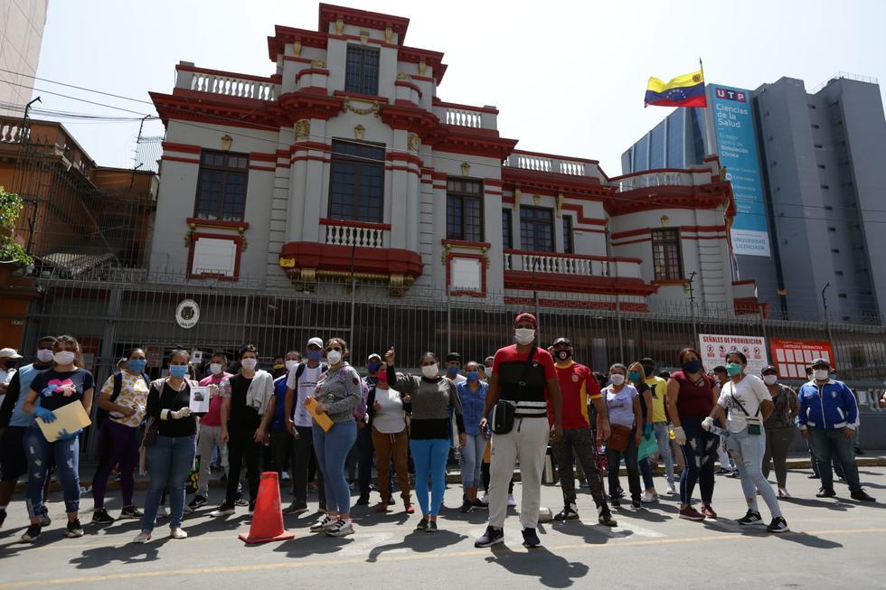 Venezolanos llegaron hasta su embajada para solicitar vuelos humanitarios. (Foto: Fernando Sangama/GEC)