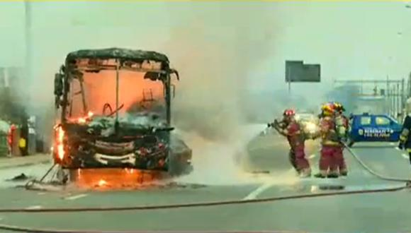 Los Olivos: bus con pasajeros se incendió en plena Panamericana Norte | VIDEO