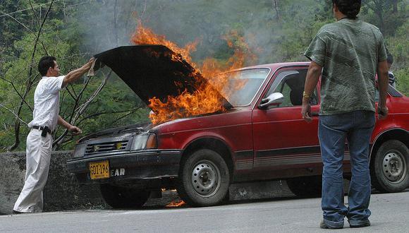 Sujeto ebrio fue arrestado por conducir auto en llamas y sin licencia