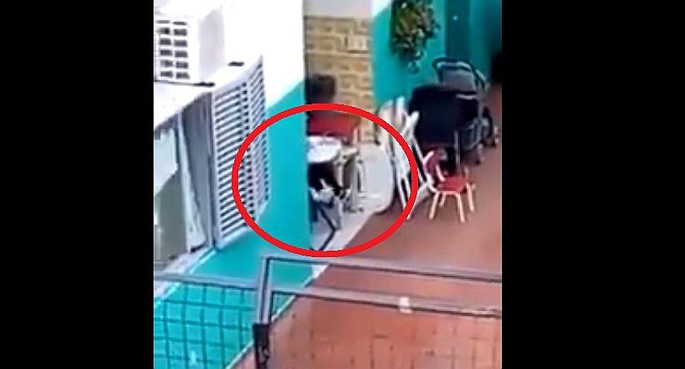 Docente de guardería abandona a niño en medio de la lluvia (VIDEO)