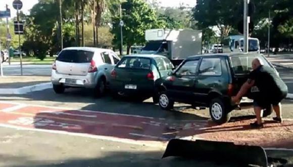 Youtube: Ciclista 'Hulk' mueve auto con sus propias manos porque obstruía el paso