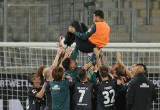 La emotiva despedida de los jugadores del Werder Bremen a Claudio Pizarro luego de salvar el descenso | FOTOS