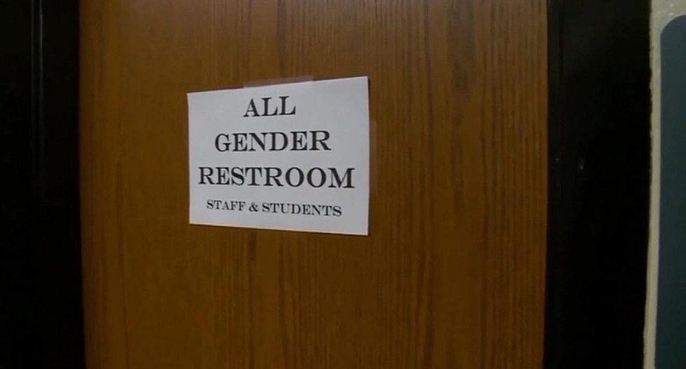 Transexuales protestan porque quieren usar baños que les da la gana