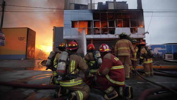 Los bomberos trabajan más de cuatro horas para confinar el siniestro. (FOTO GEC)