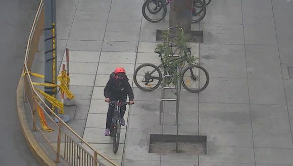 La presunta ladrona cuando emprende la marcha con una bicicleta robada. Las cámaras de seguridad la captaron cuando cortó la cadena de seguridad con una cizaya. (Foto: Municipalidad de Lima)