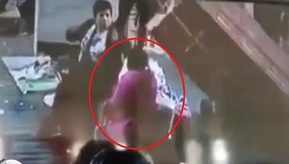Mujer es aplastada por 25 cajas de verduras en central de abastos   VIDEO