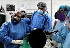 Bebé se tragó una pila y estuvo dos días en su esófago, pero médicos lo salvan de milagro