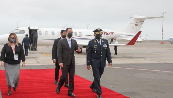 El canciller Jorge Arreaza llegó al Grupo Aéreo N°8. (Foto: Andina)