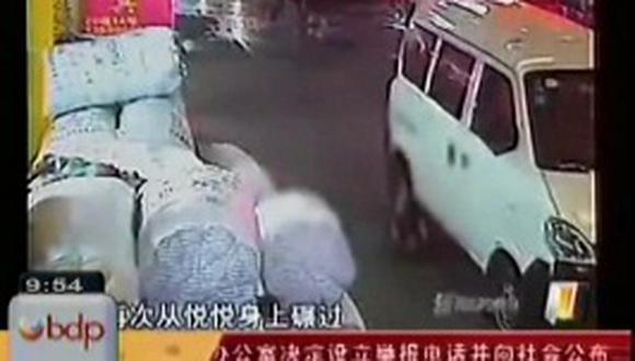 Niña atropellada muere al ser ignorada por transeúntes en China