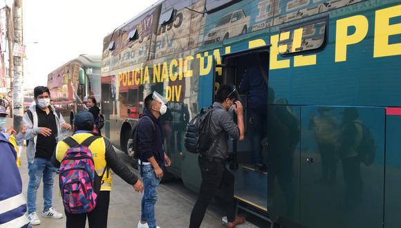 uses de la Policía trasladaron a usuarios afectados por el servicio del Metropolitano. (PNP)