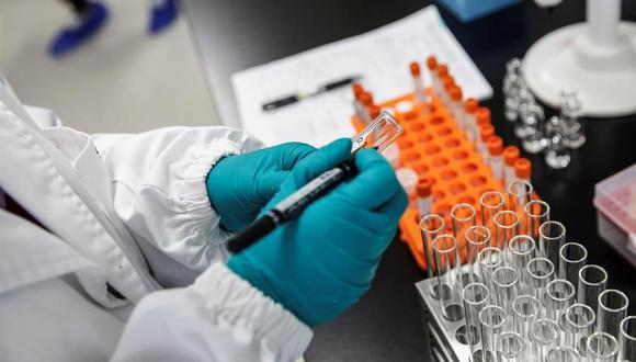 La universidad británica de Oxford y la farmacéutica AstraZeneca seguirán con las pruebas de su vacuna contra la covid-19 pese a la muerte de un voluntario que participaba en estos ensayos en Brasil. (EFE).