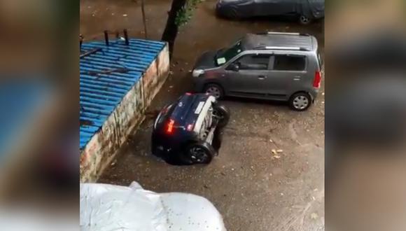 Socavón se traga un auto estacionado en la India y la escena se vuelve viral. (Foto: @SinghLions / Twitter)