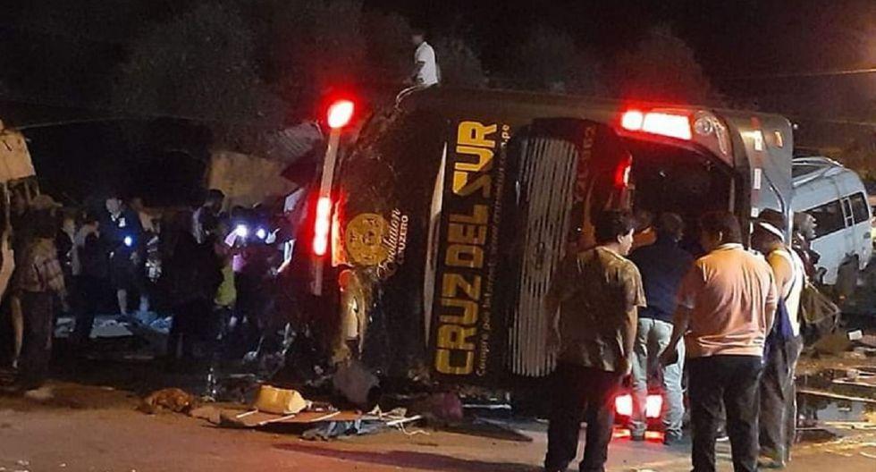 Así ha quedado el vehículo que transportaba pasajeros de Lima a Arequipa. (Facebook / Click Agencia de Fotografía y Prensa)