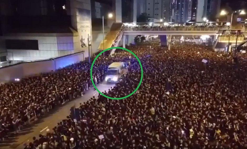 Dos millones de manifestantes abrieron paso a una ambulancia en solo segundos│VIDEO
