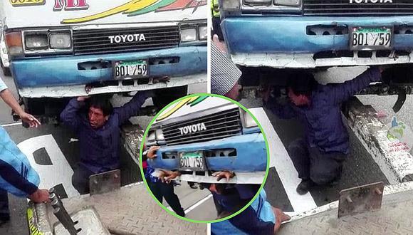 Cobrador se mete debajo de su bus para evitar decomiso en Surco (VIDEO)