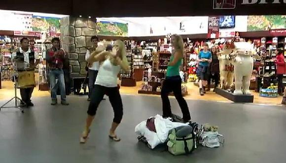 YouTube: Turistas hacen gracioso baile en nuestro aeropuerto y se vuelve viral [VIDEO]